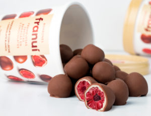 Franuí: Fresh raspberries dipped in two chocolates
